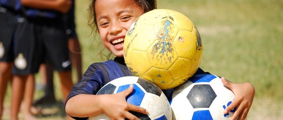 [Maglie, gioco e speranza per i bambini cambogiani]