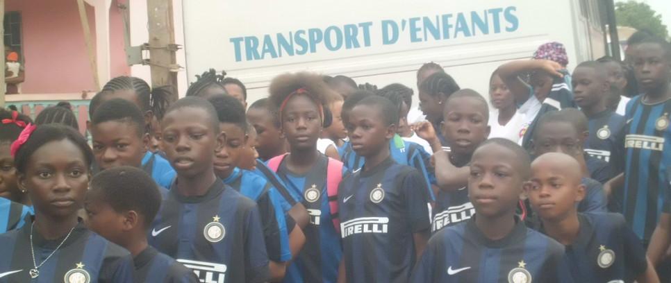 [Il Presidente Mattarella con i bambini di Inter Campus Camerun]