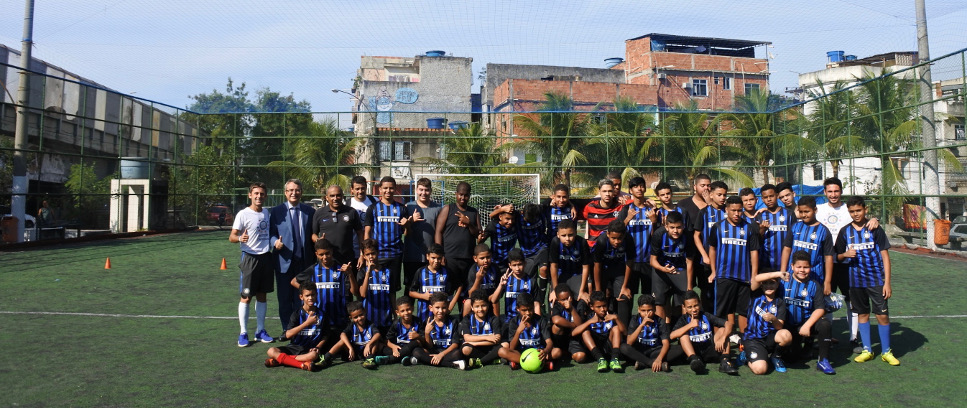 [A BALL AND A NERAZZURRI SHIRT, THE SECRETS FOR ENTRY TO THE FAVELA]